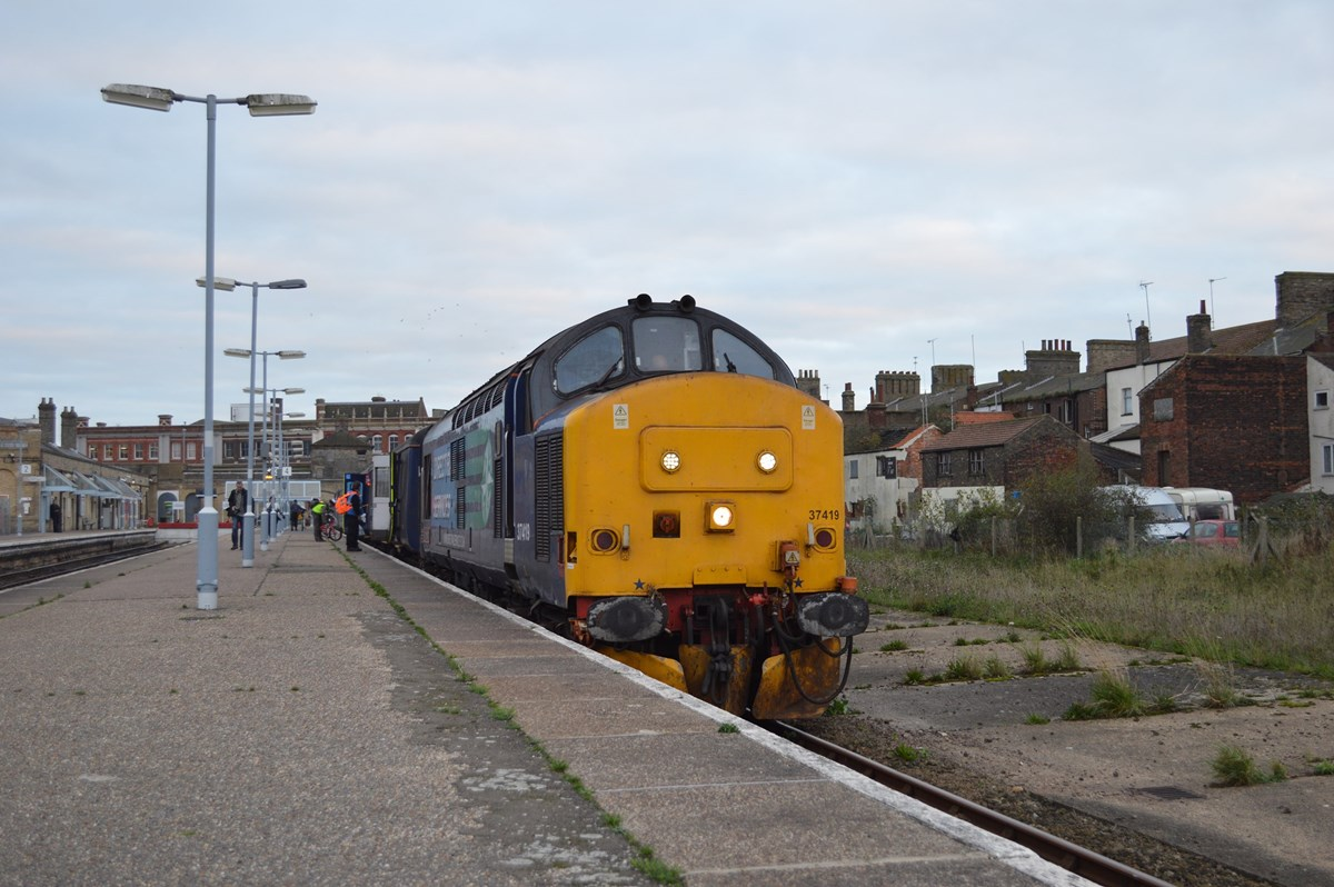 Unusually routed into platform 4 at Lowestoft, the 1548 return to Norwich, headed by 37419, waits departure. The train arrived with 37405 leading.
