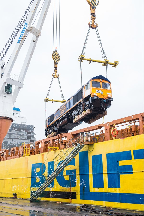 GBRf 66774 is lifted from the Happy Dragon vessel that delivered the final seven Class 66s to the UK.
